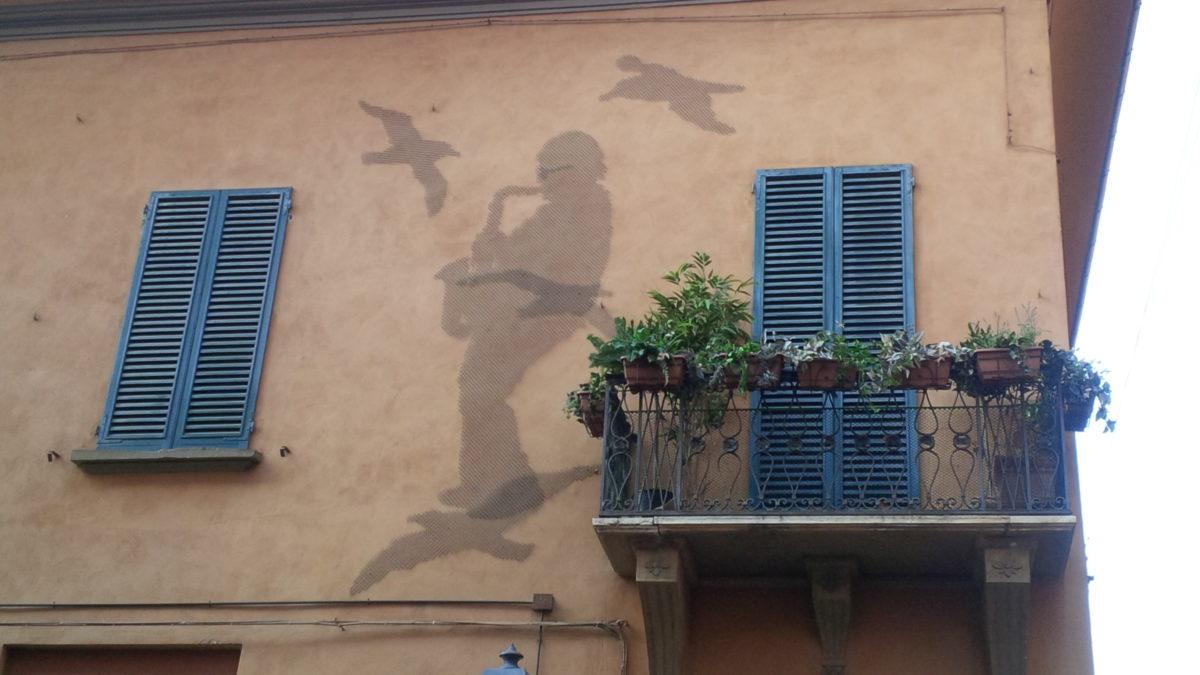 i gabbiani sul muro palazzina
